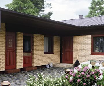 Puunväriset ulko-ovet ja ikkunat