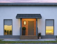 Keloharmaa puuovi ja harmaat ikkunat